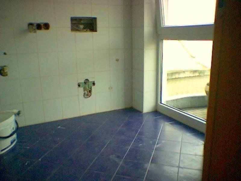 ... Die Vorhandenen Fliesen Zu Entfernen, Die Wandflächen Erhalten Einen  Kalk Decor Putz, Der Boden Wurde Mit Einem Design Acryl Belag In Holzoptik  Belegt.